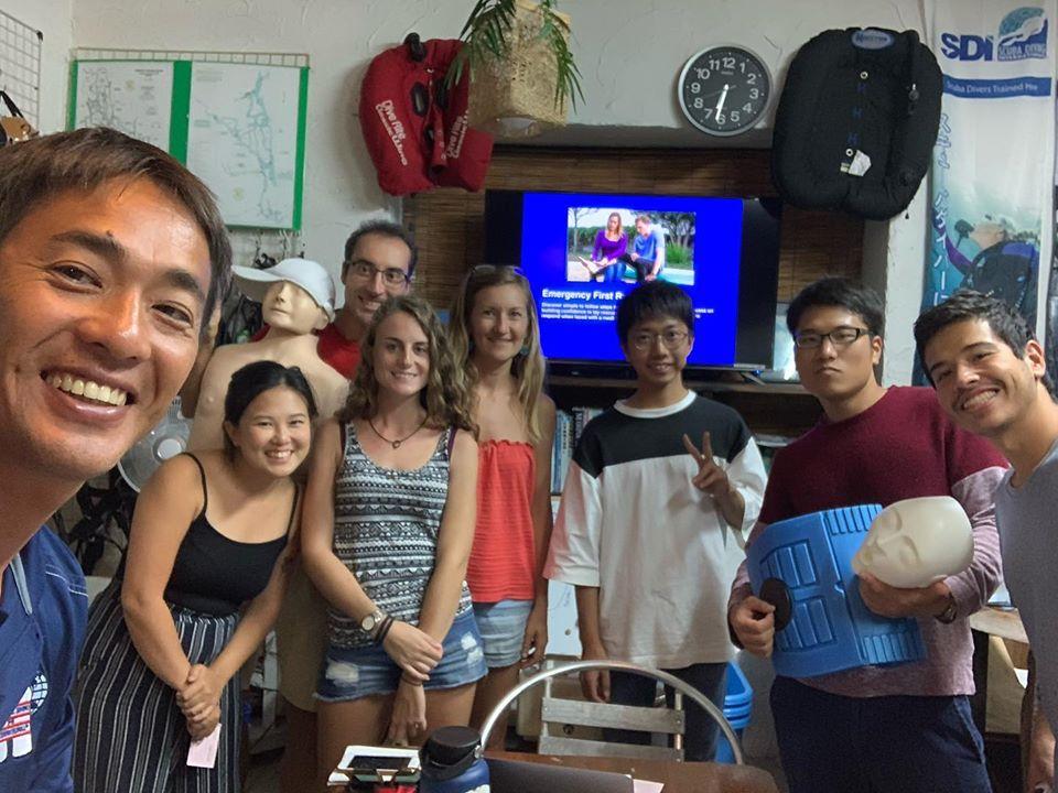 琉球大学大学院、研究室のメンバーへダイビングの指導を通じて研究のサポートを行なっています。